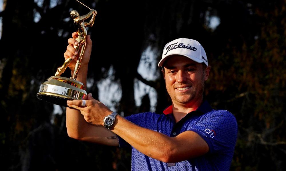 Justin Thomas nâng cúp vô địch The Players Championship 2021 hôm 14/3. Ảnh: USA Today