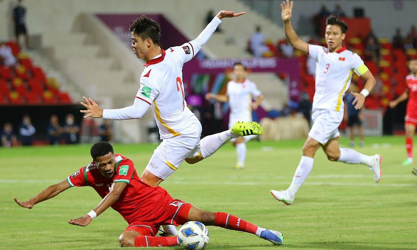 Tình huống Duy Mạnh va chạm với Al Yamahdi trong cấm địa. Ảnh: Roya Sports
