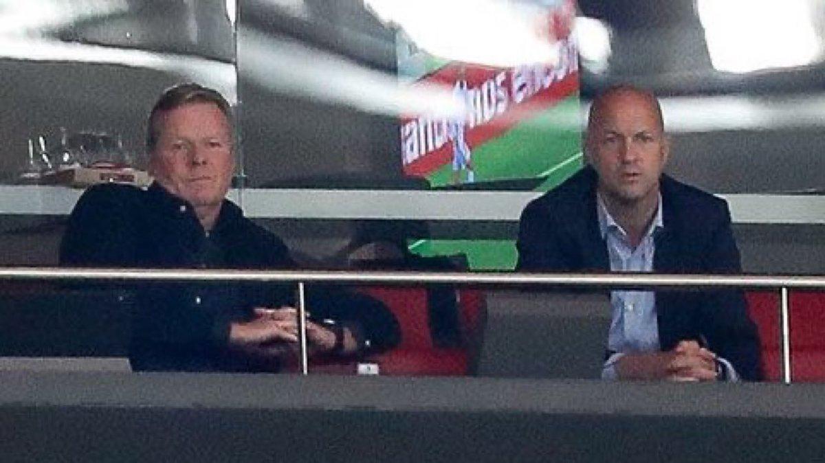 Jordi Cruyfff (phải) và Koeman trên khán đài sân Wanda Metropolitano xem trận Barca thua chủ nhà Atletico 0-2 hôm 2/10. Ảnh: EFE