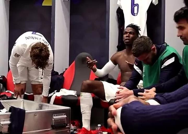 Pogba (giữa) đóng vai trò quan trọng cả trên sân lẫn trong phòng thay đồ tuyển Pháp. Ảnh: Twitter.