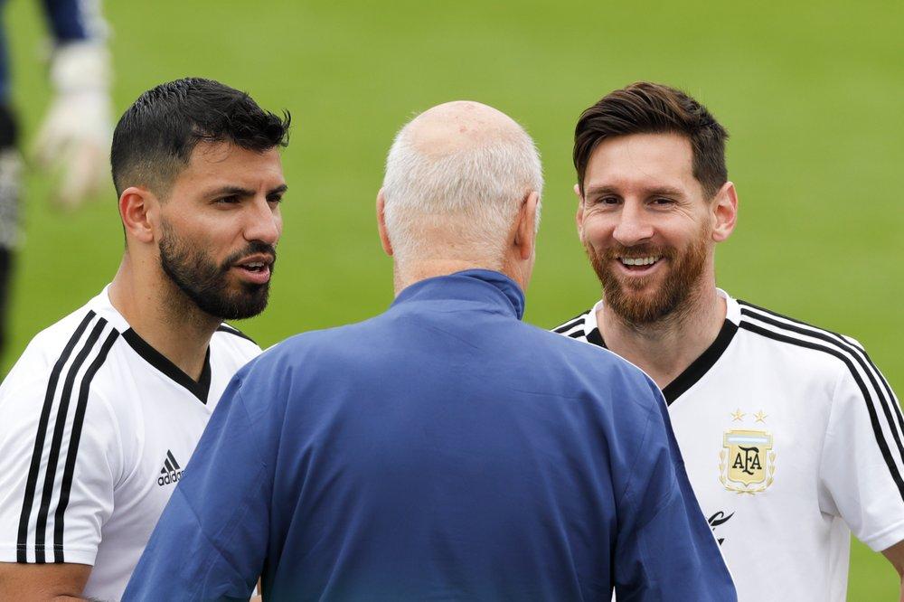 Aguero và Messi là bạn thân khi từng khoác áo các đội tuyển trẻ rồi thành trụ cột ở tuyển Argentina. Ảnh: AP