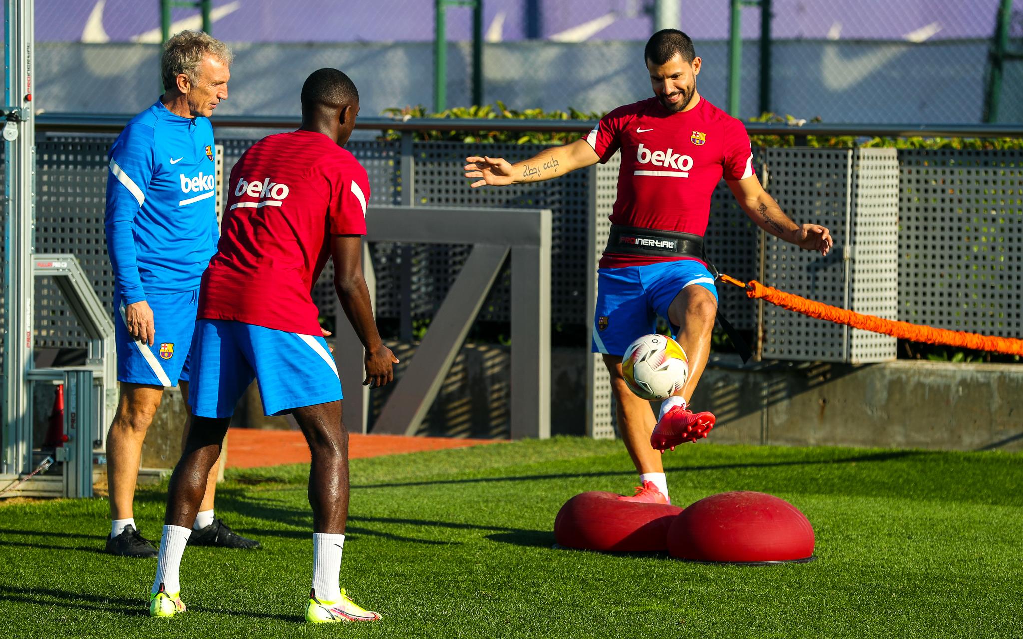 Aguero vẫn vui vẻ tập luyện cùng các đồng đội mới, dù không thoả nguyện chơi cùng Messi tại Barca. Ảnh: Twitter / FC Barcelona