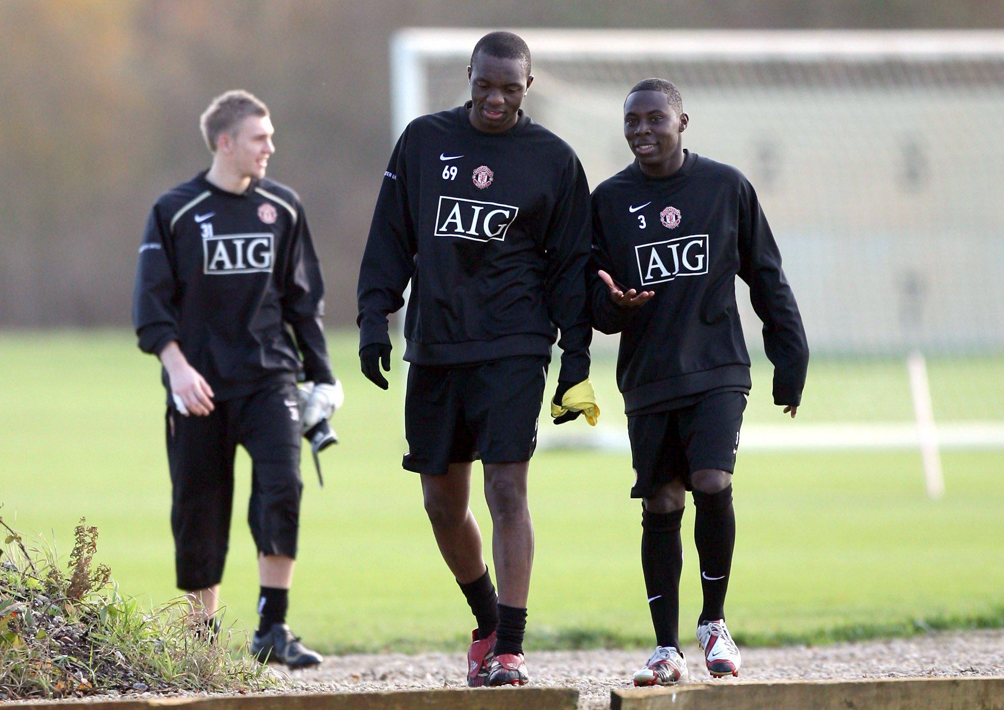 Adu (phải) tập cùng đội học viện của Man Utd trong hai tuần sang Anh thử việc hồi tháng 11/2006. Ảnh: Man Utd