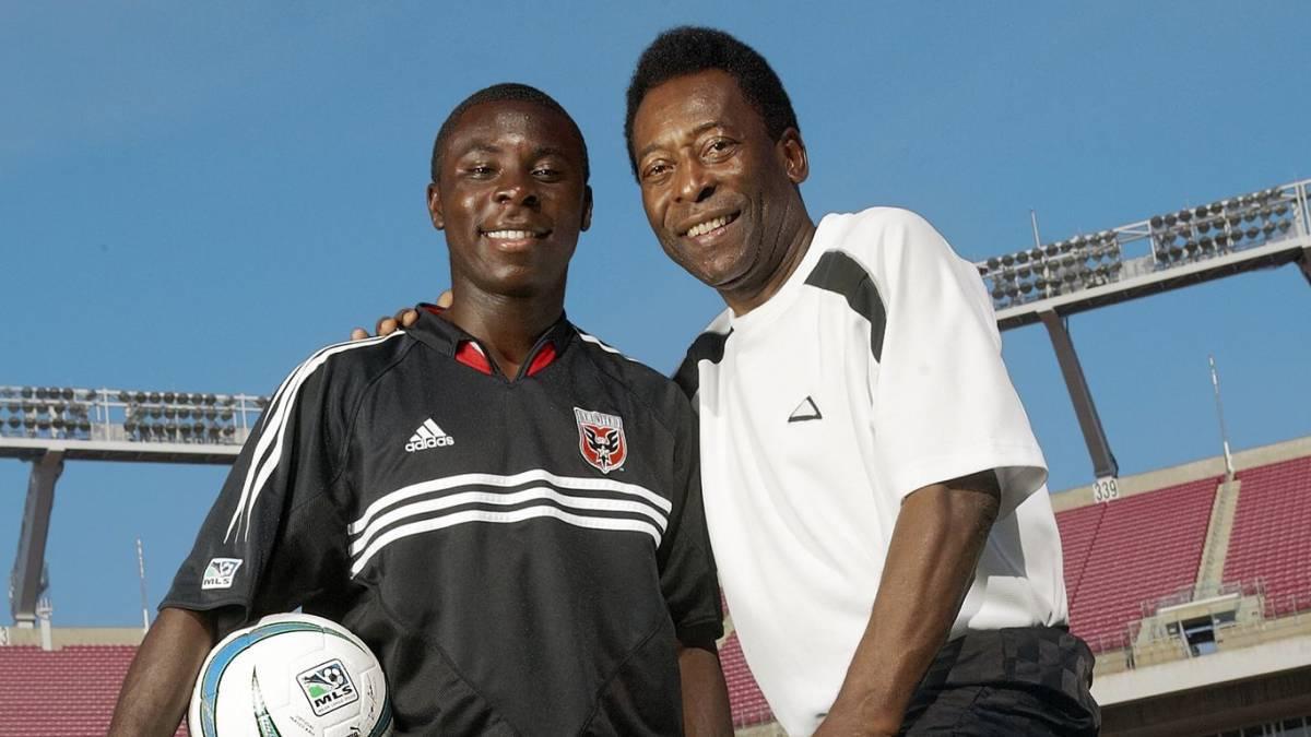 Pele từng hết lời ca ngợi hậu bối được ví như bản sao của ông lúc Adu mới nổi trong màu áo DC United. Ảnh: AS