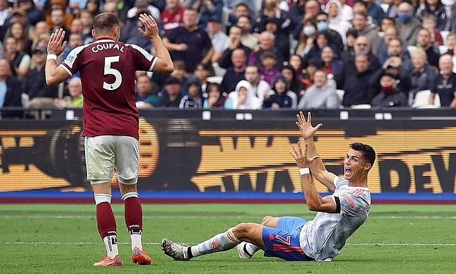 Ronaldo (phải) nằm trong nhóm tiền đạo di chuyển ít nhất Ngoại hạng Anh mùa này, nhưng anh đã ghi ba bàn qua bốn trận. Ảnh: Reuters